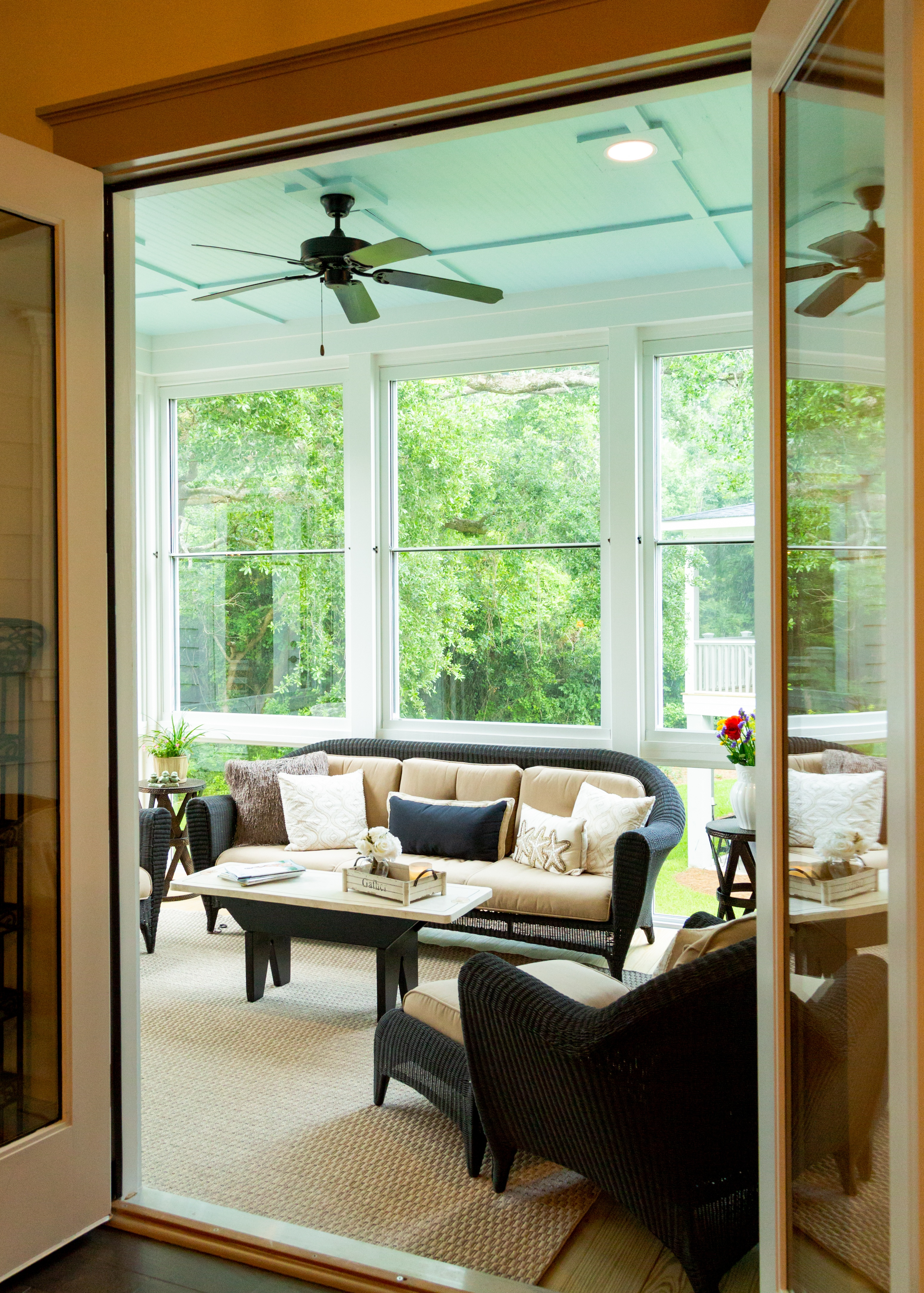 Larson spotlight blog larson storm doors porch for Scenix porch windows